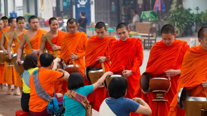 LAOS-Monks-alms-giving-ceremony-in-Luang-Prabang